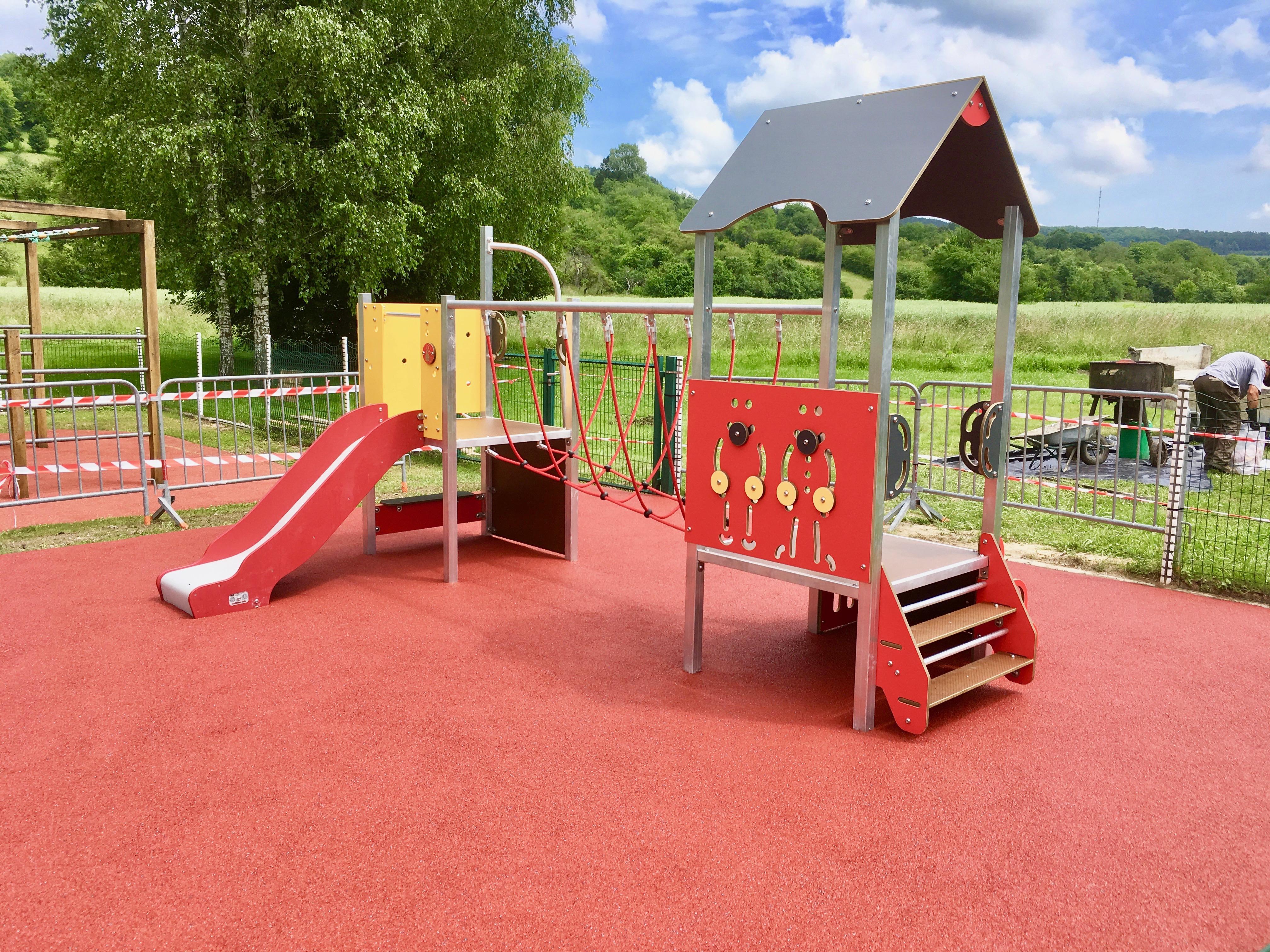 Installation d'une aire de jeux et son sol de sécurité EPDM à VELAINES