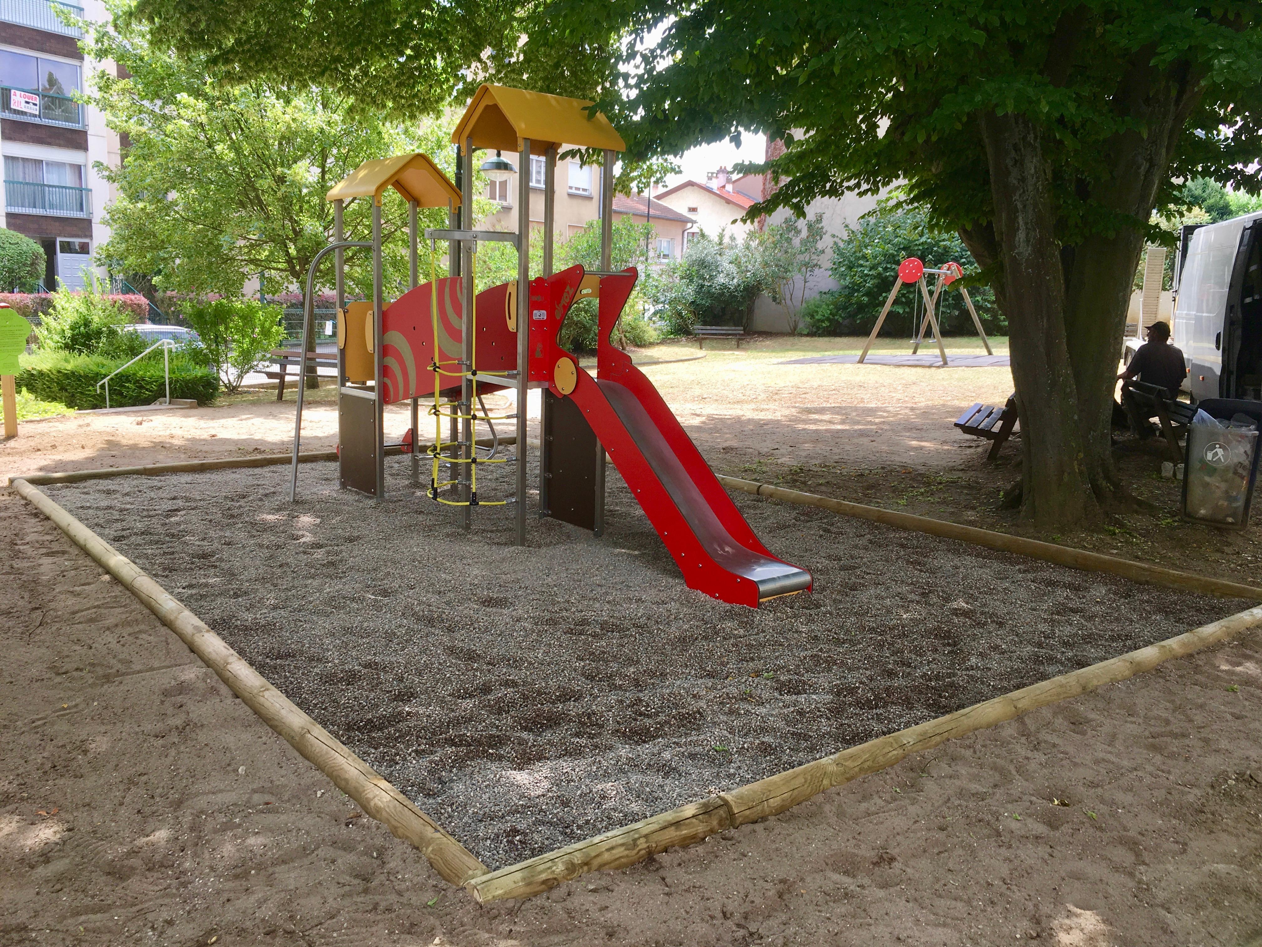 Installation d'une aire de jeux avec une fosse à graviers à LAXOU