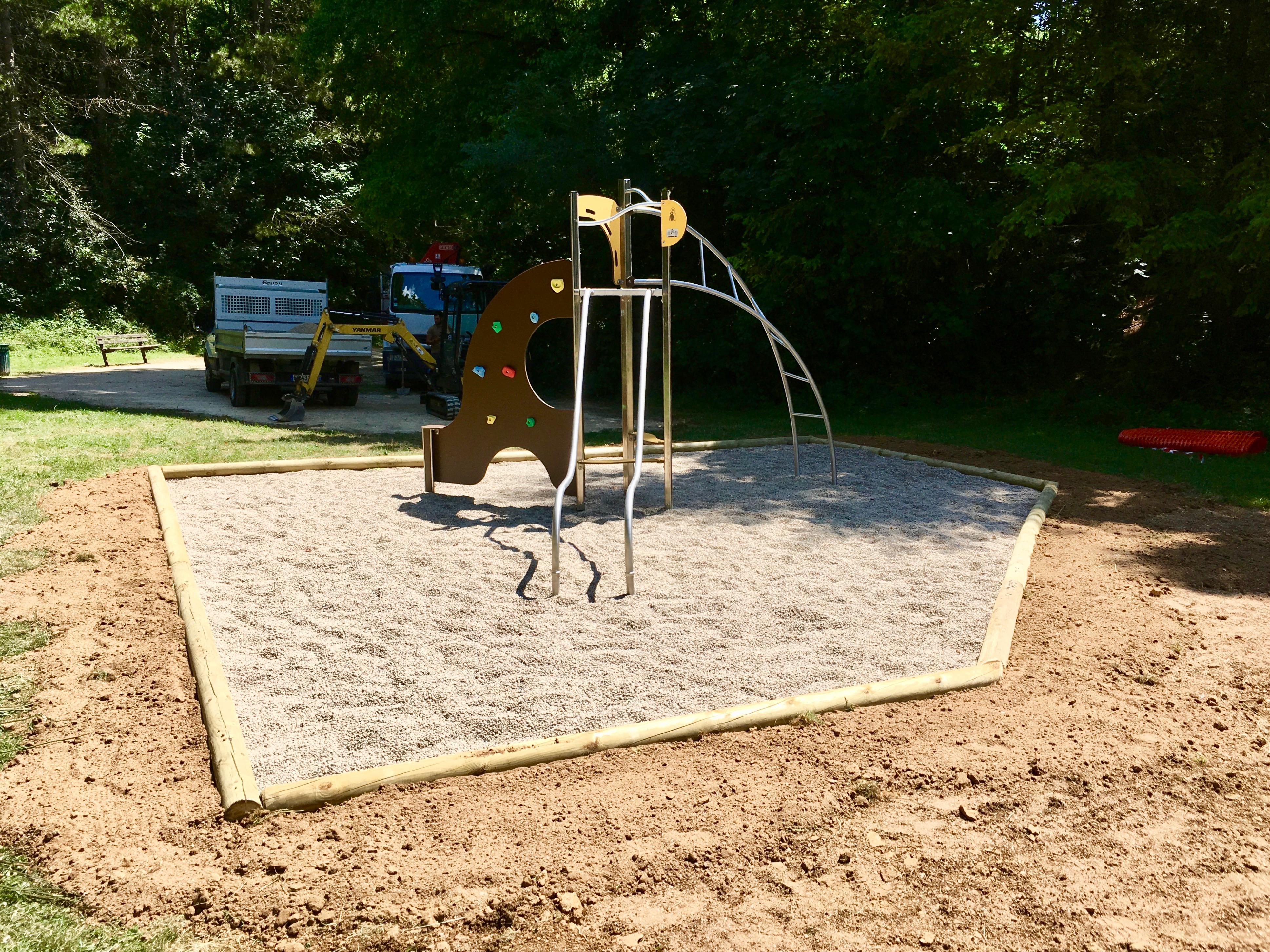 Installation d'une aire de jeux dans une fosse à gravier
